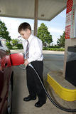 Jeune homme d'affaires à la station service Image stock