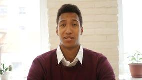 Jeune homme d'affaires étonné, confus, stupéfait banque de vidéos