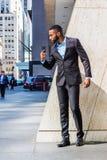 Jeune homme d'affaires d'Afro-américain avec le discours de enregistrement d'individu de barbe au téléphone portable en dehors de photo stock