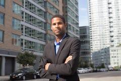 Jeune homme d'affaires d'Afro-américain semblant pointu et sûr photographie stock libre de droits