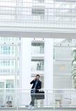 Jeune homme d'affaires appelant par le téléphone portable Image libre de droits