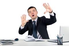Jeune homme d'affaires appuyant sur les boutons virtuels Photo stock