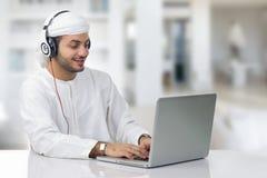 Jeune homme d'affaires Arabe travaillant à son carnet Photos libres de droits