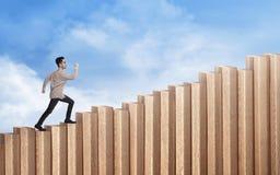 Jeune homme d'affaires asiatique marchant vers le haut des escaliers photos stock