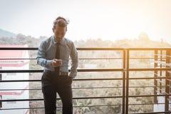 Jeune homme d'affaires asiatique parlant sur le téléphone et le bonheur pour le travail photos stock
