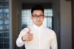 Jeune homme d'affaires asiatique sûr Working Office Concept se reliant de mise en réseau photographie stock libre de droits