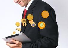 Jeune homme d'affaires asiatique utilisant un réseau de PC de comprimé sur le busine d'icône photo stock