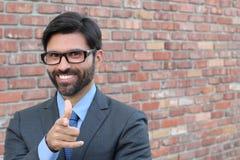 Jeune homme d'affaires attirant dirigeant un doigt vers vous Photographie stock