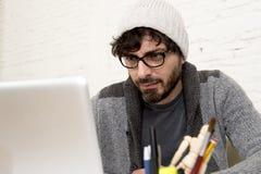 Jeune homme d'affaires attirant hispanique de hippie de portrait d'entreprise travaillant avec le siège social moderne d'ordinate Photographie stock libre de droits