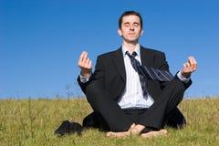 Jeune homme d'affaires attrapant l'équilibre photos libres de droits