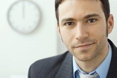 Jeune homme d'affaires au bureau Image stock