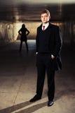Jeune homme d'affaires au grunge au fond Photos libres de droits