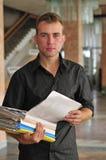 Jeune homme d'affaires avec des fichiers de document Photos libres de droits
