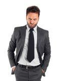 Jeune homme d'affaires avec l'expression fâchée photo libre de droits