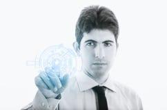 Jeune homme d'affaires avec la surface adjacente virtuelle Image stock