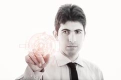 Jeune homme d'affaires avec la surface adjacente virtuelle Photographie stock libre de droits