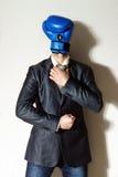 Jeune homme d'affaires avec la tête de gant de boxe Images stock