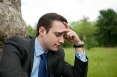 Jeune homme d'affaires avec le migrane Images stock