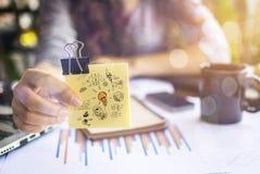 Jeune homme d'affaires avec le papier créatif photos stock