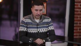 Jeune homme d'affaires avec le smartphone en café banque de vidéos
