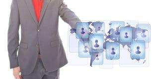 Jeune homme d'affaires avec le symbole virtuel d'amis Photo stock