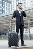 Jeune homme d'affaires avec le téléphone portable parlant de costume formel extérieur Photos libres de droits