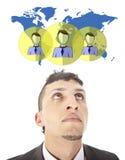 Jeune homme d'affaires avec les amis mondiaux virtuels d'isolement Photographie stock libre de droits