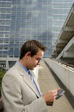 Jeune homme d'affaires avec PDA images stock