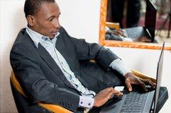 Jeune homme d'affaires avec son ordinateur portable photographie stock