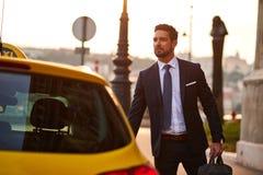 Jeune homme d'affaires avec un taxi Photo libre de droits