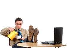 Jeune homme d'affaires ayant une pause-café photos stock