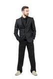 Jeune homme d'affaires barbu dans des espadrilles blanches regardant loin Photo stock