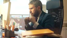 Jeune homme d'affaires barbu obtenant fâché et cassant le crayon après réception d'un email vidéo 4K banque de vidéos