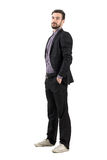 Jeune homme d'affaires barbu sûr dans le costume et des espadrilles Photos libres de droits