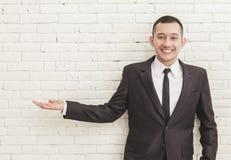 Jeune homme d'affaires beau présent l'espace de copie Photographie stock libre de droits