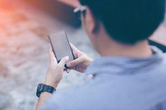 Jeune homme d'affaires bel asiatique concentré tout en lisant le sien Photos libres de droits
