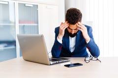 Jeune homme d'affaires bel Has Headache photo stock