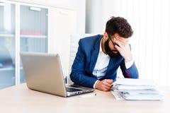 Jeune homme d'affaires bel Has Headache image stock