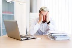 Jeune homme d'affaires bel Has Headache photos libres de droits