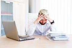Jeune homme d'affaires bel Has Headache photos stock