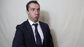 Jeune homme d'affaires bel ondulant activement sa main expulsant la mauvaise odeur clips vidéos
