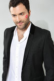 Jeune homme d'affaires caucasien avec la marque de baiser de rouge à lèvres Images stock