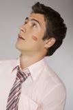 Jeune homme d'affaires caucasien avec la marque de baiser de rouge à lèvres sur sa joue Images libres de droits