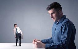 Jeune homme d'affaires combattant avec l'homme d'affaires miniature photos libres de droits