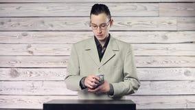 Jeune homme d'affaires comptant l'argent clips vidéos