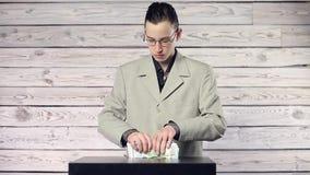 Jeune homme d'affaires comptant l'argent banque de vidéos