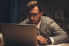 jeune homme d'affaires concentré travaillant avec l'ordinateur portable photographie stock libre de droits