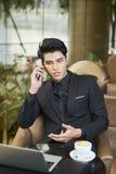 Jeune homme d'affaires confiant parlant au téléphone photo stock