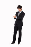 Jeune homme d'affaires consultant le sien montre Images libres de droits