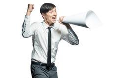 Jeune homme d'affaires criant avec un mégaphone de papiers Images stock